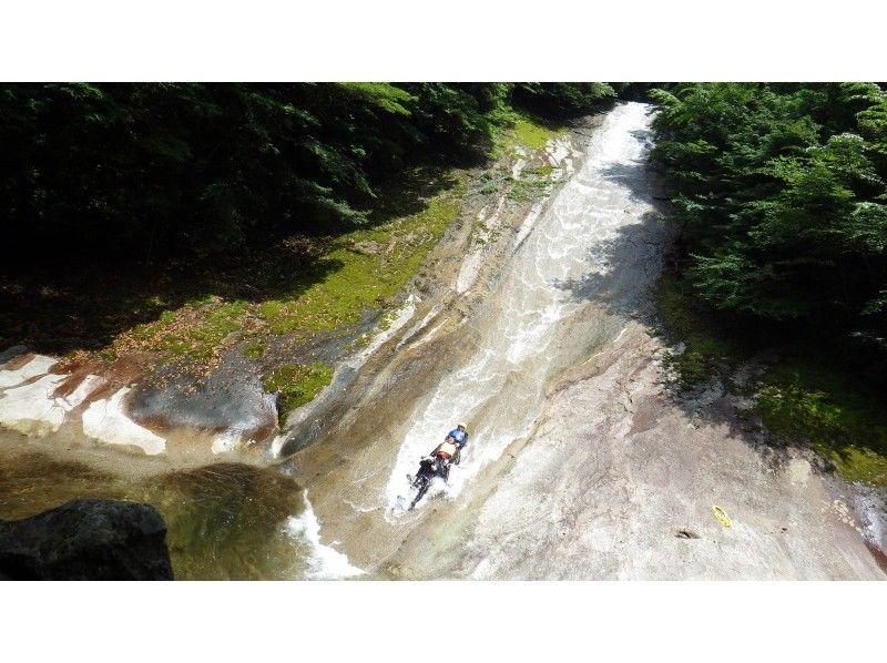 滑床渓谷キャニオニングといえば天然ウォータースライダー