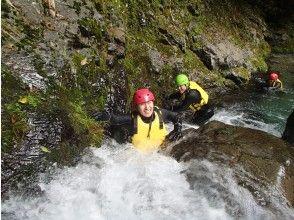 爬一个小瀑布