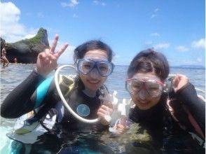 海の中で記念撮影、最高の思い出を