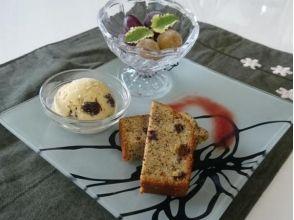 享受甜食,例如在咖啡廳葡萄凍糕