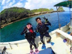 真栄田岬についたらすぐ海に入れます。