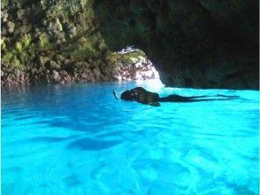 在蓝色的洞穴中浮潜