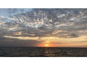 沈む夕陽を見ながら港へ戻ります
