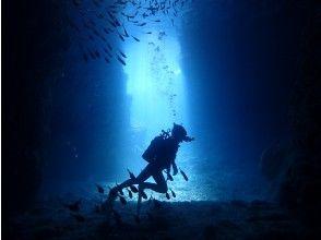 青の洞窟は恩納村屈指の人気ポイント!