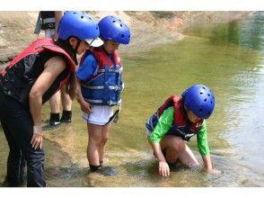 川原で魚を探してり、足まで使ってり、時には泳いだり! いっぱい遊ぼう!!