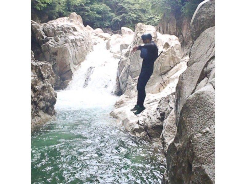 「しずくの滝」でジャンプして遊ぼ!