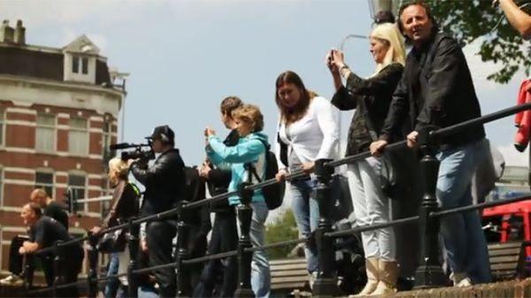 アムステルダム運河がビキニ姿SUP女子に埋め尽くされる!