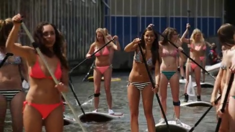 【MOVIE】アムステルダム運河がビキニ姿SUP女子に埋め尽くされる!