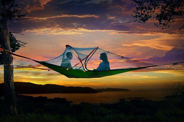 空中に浮かぶテント