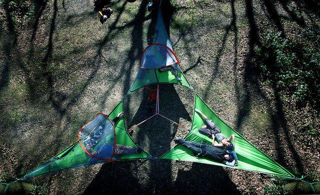 いま話題の空中に浮かぶテント「テントサイル」テント連結