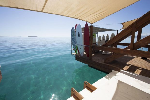 フィジーの海に浮かぶバーCLOUD9
