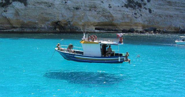 話題沸騰!船が浮いて見えるほどの透明度!地中海に浮かぶ『ランペドゥーザ島』が凄い!!