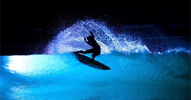 光と波で幻想的!!スペインで行われた「Wavegarden」のナイトサーフ!!