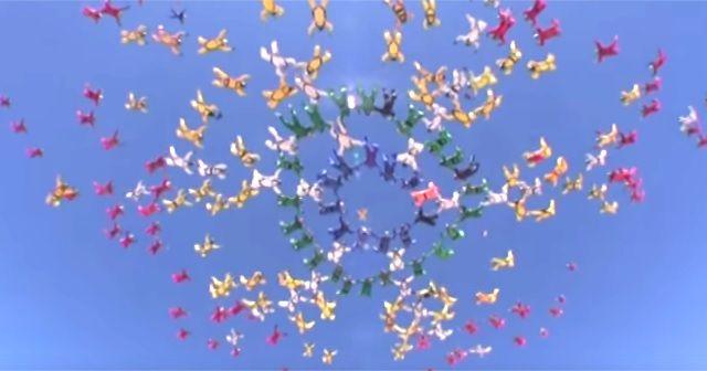 圧巻。大空に作るスカイダイバーたちのアート。