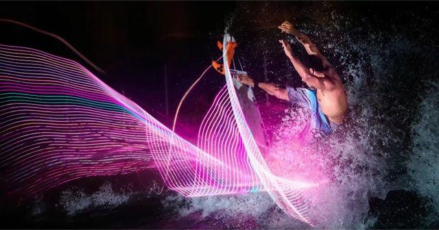 サーフィンで描く、LEDと波のアート作品。