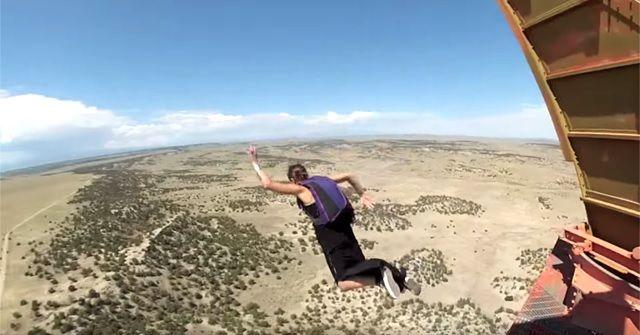 大流行の『BASE Jump(ベースジャンプ)』。この女性、ドレスに着替えてからジャンプ!!