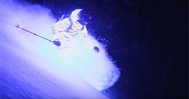 冬の雪山を彩る『Lightsuit Segment Ski』。キレイだから滑るよりも目の前で見てみたい。