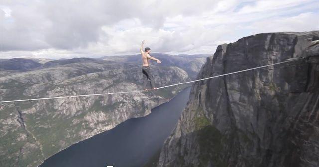 常人では成せぬ業。これだけの高所で命綱を着けずに『綱渡り』。必見ですよ!!
