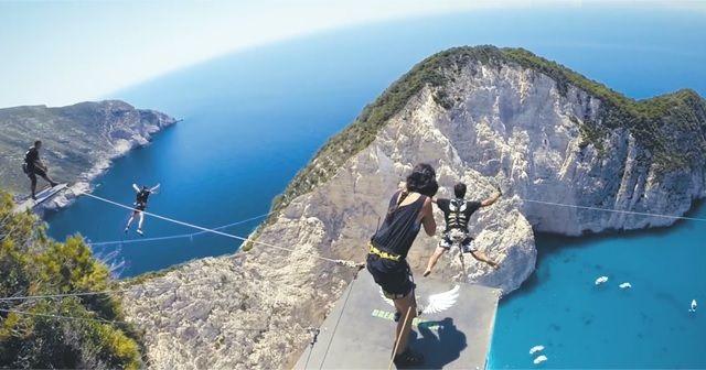 こんな絶景からダイブしてみたい!!ギリシャザキントス島ヴァイオビーチでの『バンジージャンプ』が凄い!!