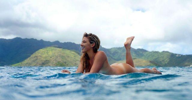 人気女性サーファー『COCO HO(ココ・ホウ)』のヌードサーフ。