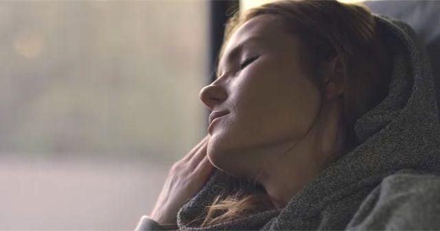 移動中にも快適な眠りを。フードが枕になるパーカー『HYPNOS HOODIE』がスタイリッシュで良いかも。