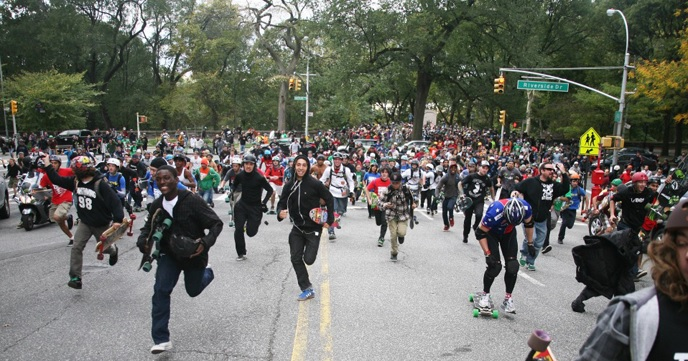 NYブロードウェイを数千人のスケーターが無許可レースする『Broadway Bomb』が圧巻。