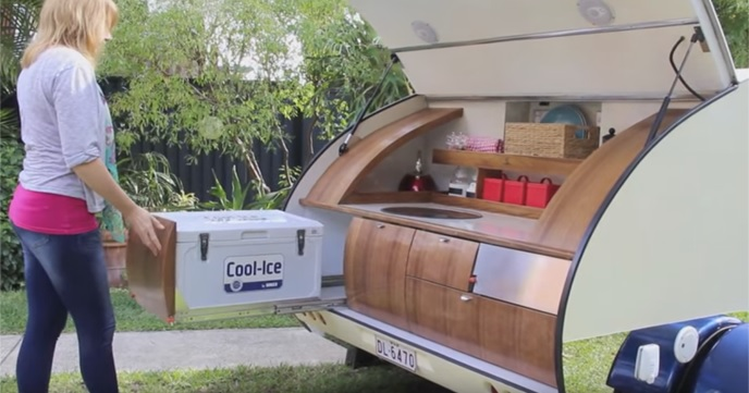 キャンプがもっと楽しくなる。機能的なアウトドアキッチンを備えたキャンピングトレーラー『Gidget』。