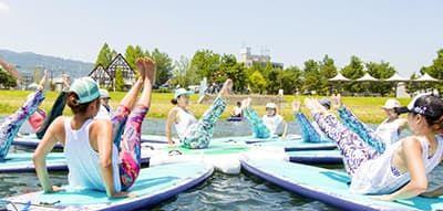 琵琶湖でSUP YOGA(サップヨガ)!大好評イベントが今年も開催決定!手ぶらでBBQも楽しめちゃう「サンシャインビーチ」で毎週末様々なSUP体験開催!