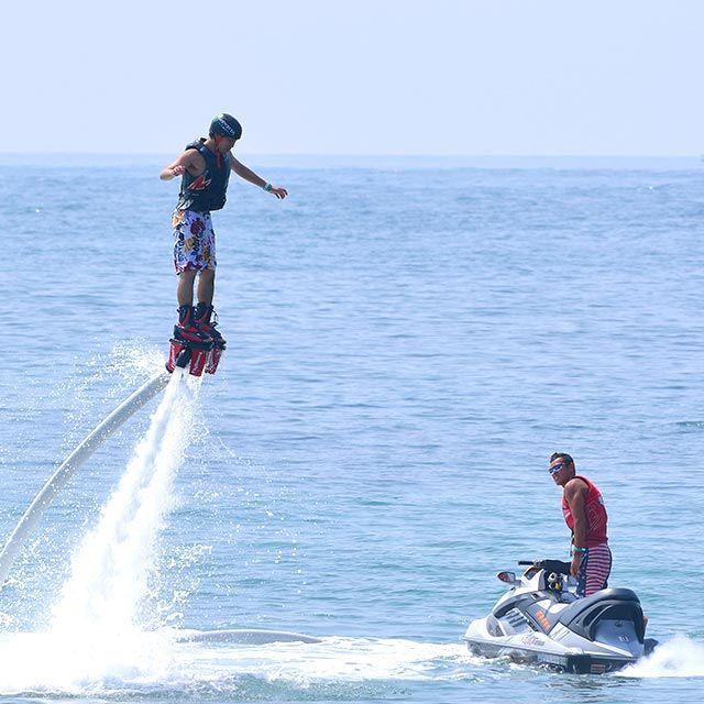 フライボードは水圧で空を飛ぶアクティビティ